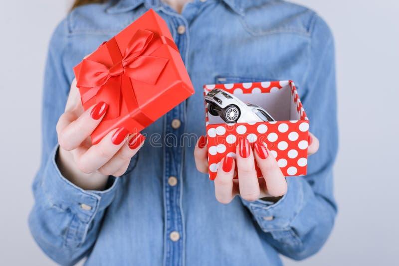 8. März Valentinsgrußinneregewinnsiegerlotterieglückwunsch-Auto giv stockfoto