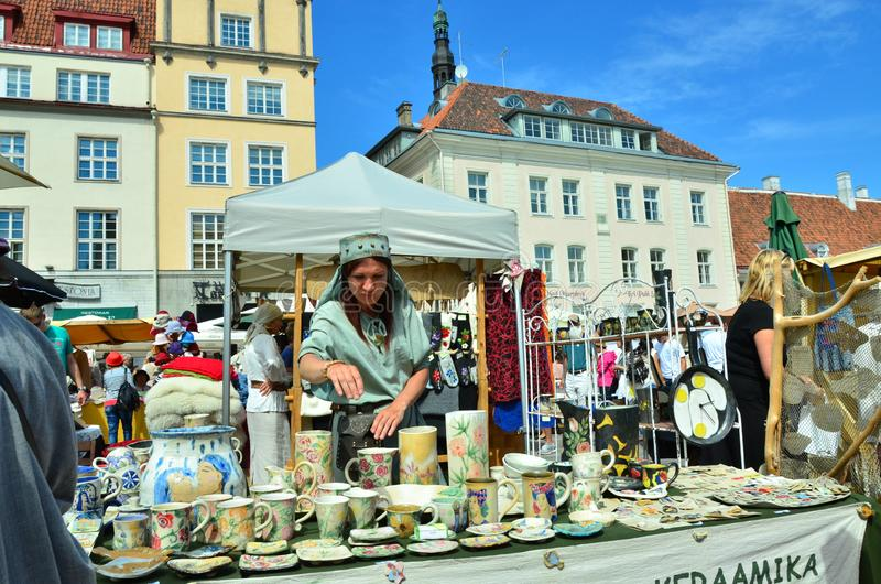 Mässa i huvudstaden av Estland Tallinn på staden Hall Square I arkivbild