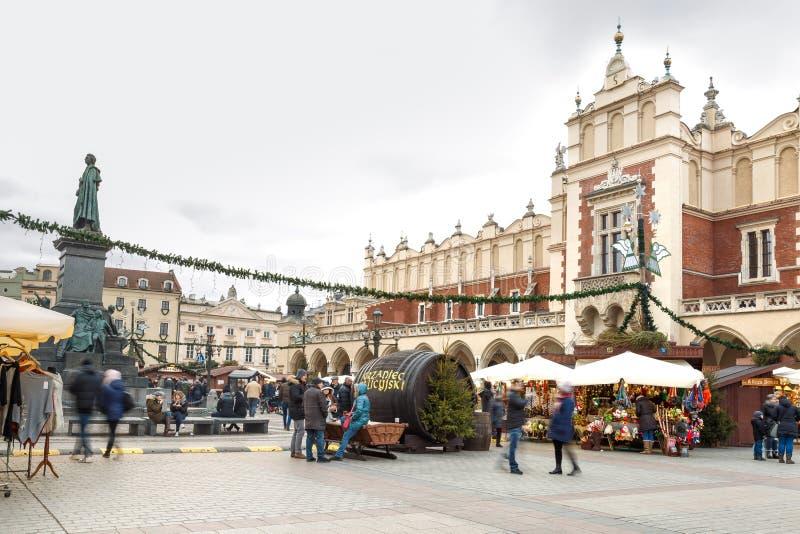 Mässa i Krakow Huvudsaklig marknadsfyrkant och Sukiennice i aftonen fotografering för bildbyråer