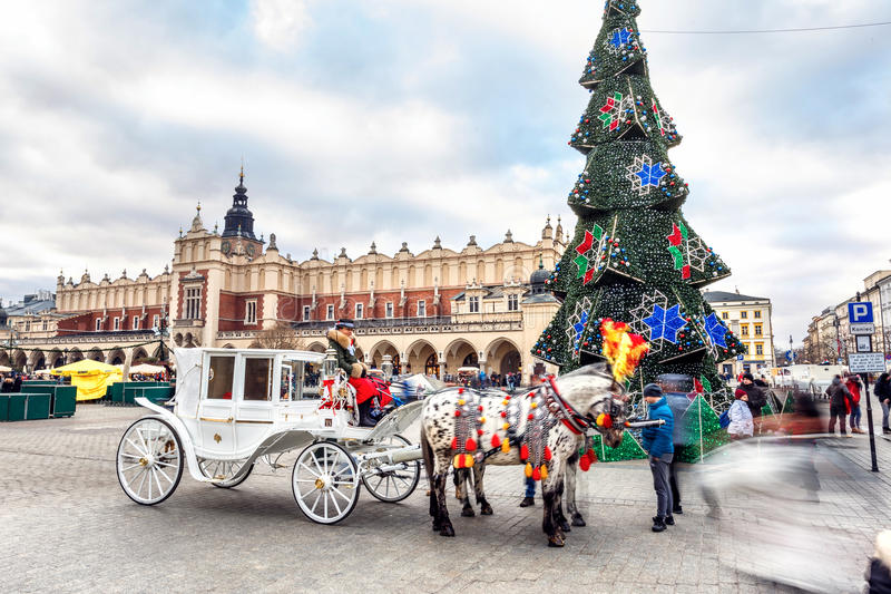 Mässa i Krakow Huvudsaklig marknadsfyrkant och Sukiennice i aftonen royaltyfri foto