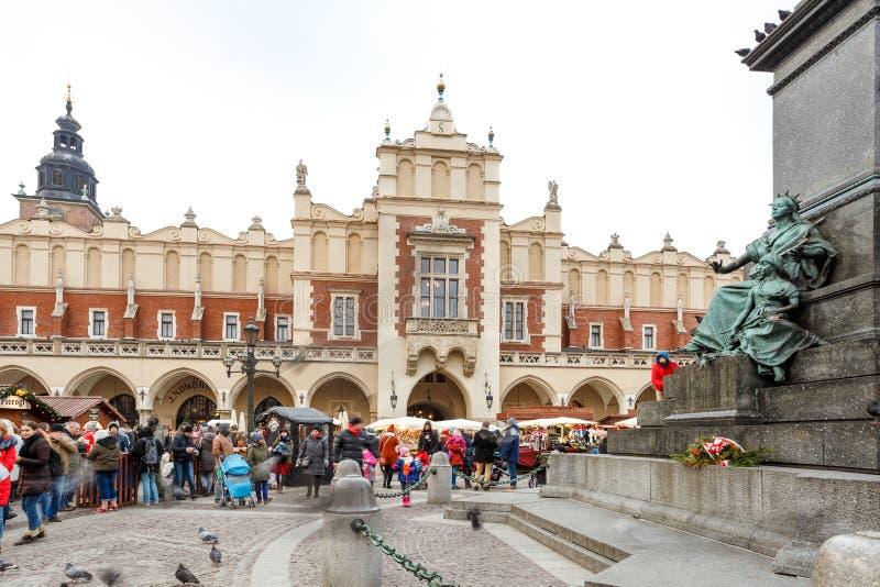 Mässa i Krakow Huvudsaklig marknadsfyrkant och Sukiennice i aftonen arkivfoto