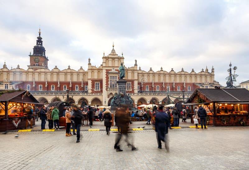 Mässa i Krakow Huvudsaklig marknadsfyrkant och Sukiennice i aftonen royaltyfri fotografi