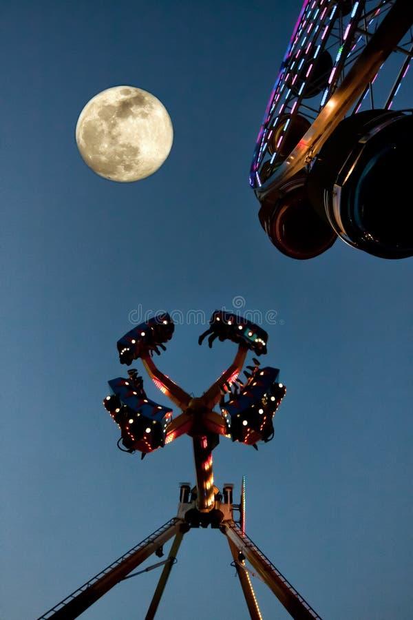 Mässaritter på natten med månen arkivbild