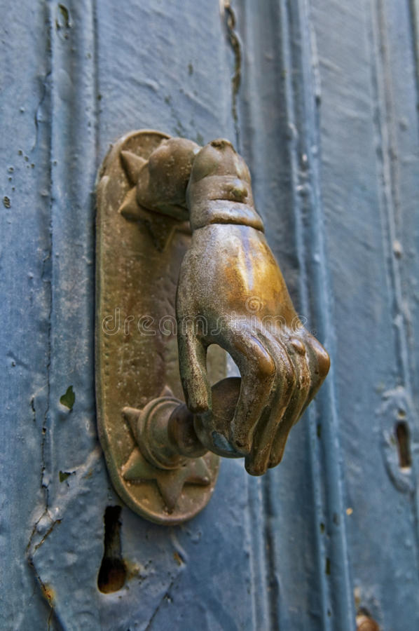 Mässing Hand-formad knackare på gammal dörr arkivfoton