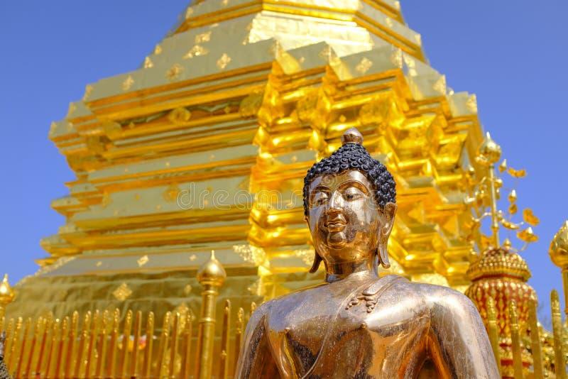 MässingsBuddhastaty på en tempel royaltyfri foto