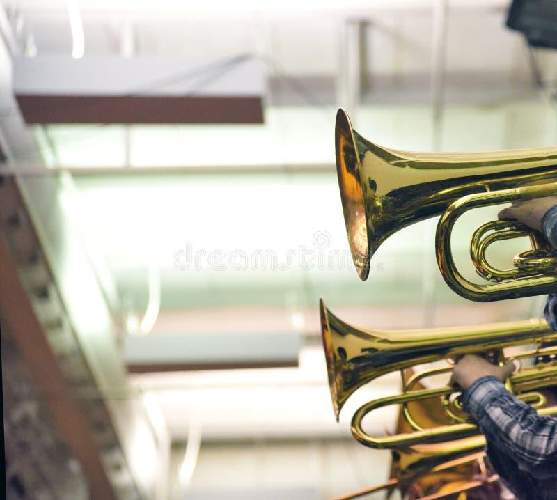 Mässingsinstrument i skolamusikband royaltyfri bild