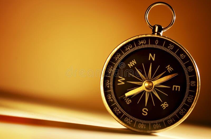 Mässingsmagnetisk kompass fotografering för bildbyråer