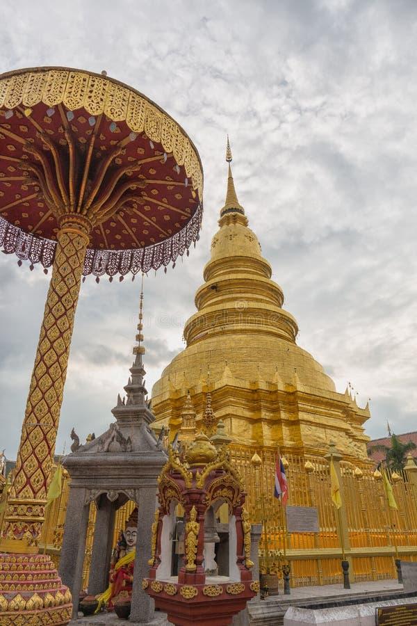 Mässingspagoden blänker inom Wat Phra That Hariphunchai arkivfoto
