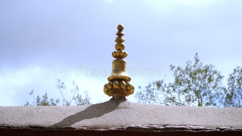 Mässingsstaty på taket med himmel royaltyfri bild