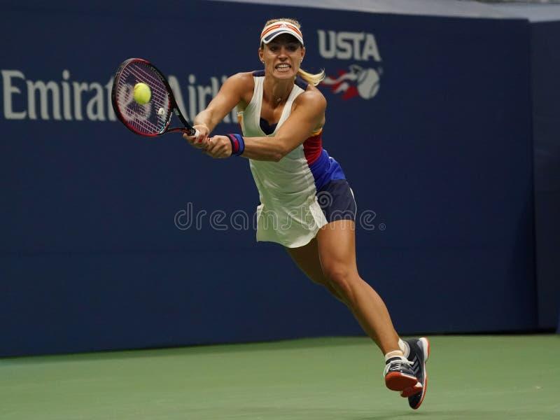 Mästare Angelique Kerber för storslagen Slam av Tyskland i handling under hennes första runda match på US Open 2017 royaltyfri foto