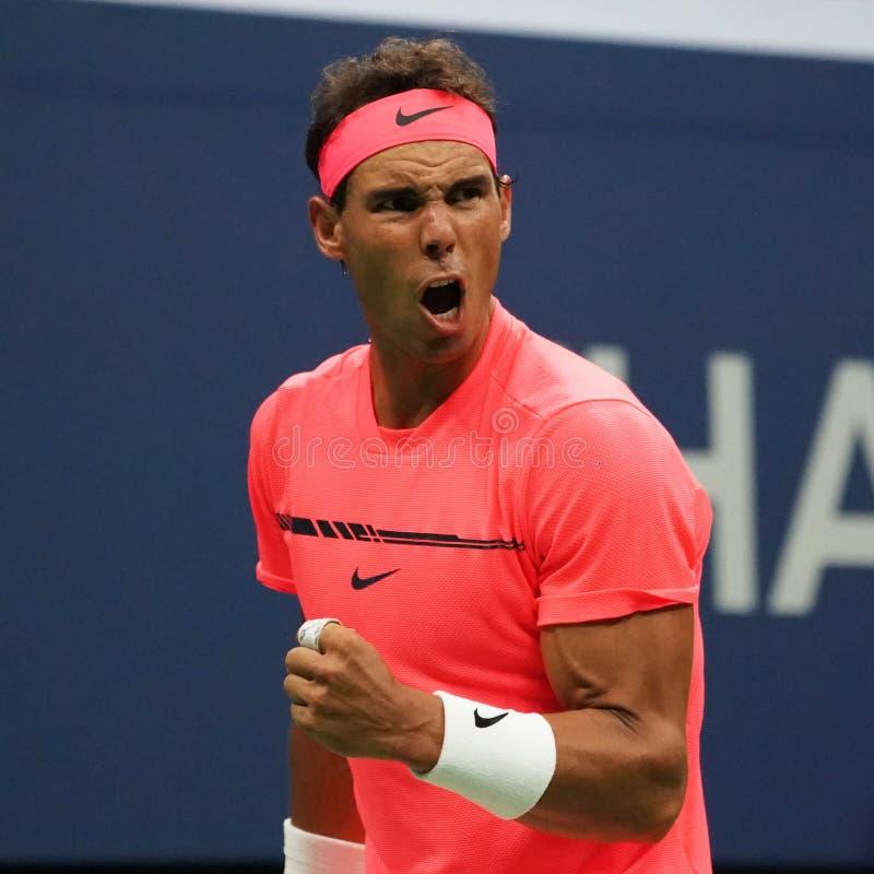Mästare Rafael Nadal för storslagen Slam av Spanien i handling under hans runda match för US Open 2017 först royaltyfri fotografi