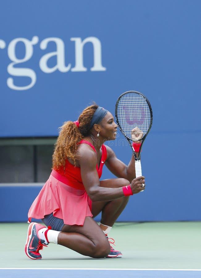 Mästare Serena Williams för storslagen Slam under den fjärde runda matchen på US Open 2013 royaltyfri foto