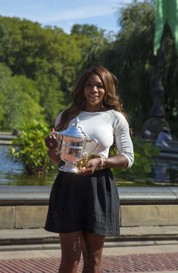 Mästare Serena Williams som för US Open 2013 poserar US Opentrofén i Central Park