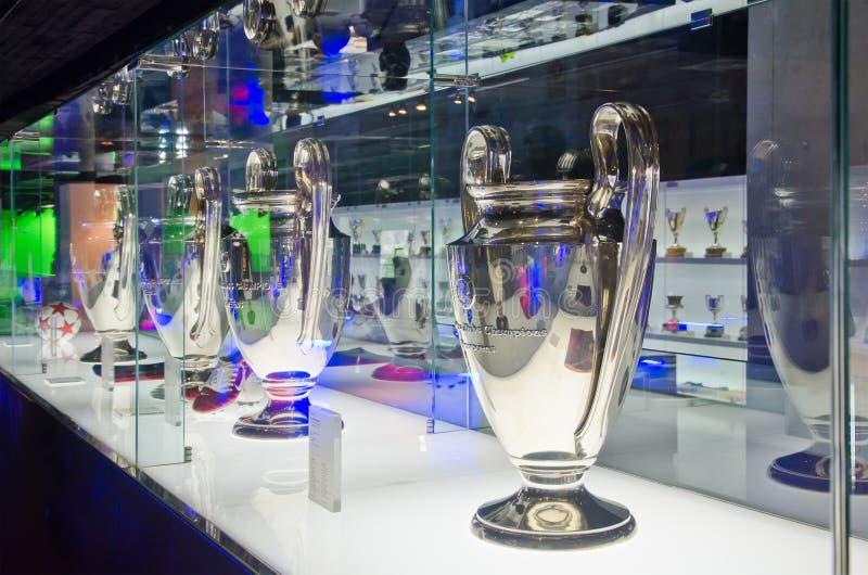 Mästareligakoppar i museet av FCet Barcelona arkivfoton