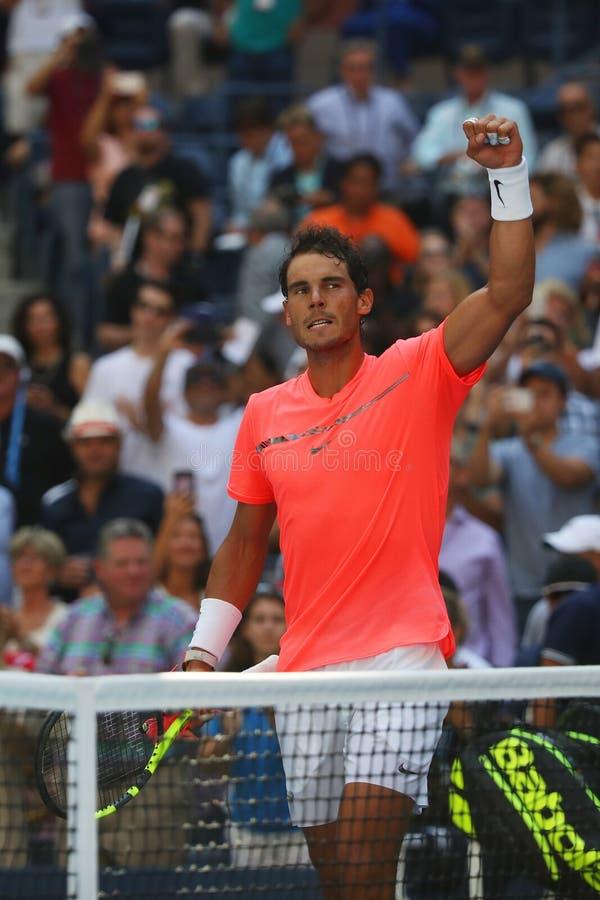 Mästaren Rafael Nadal för den storslagna slamen av Spanien firar seger efter hans match för runda 4 för US Open 2017 arkivbild