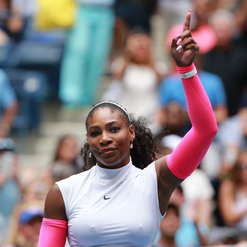 Mästaren Serena Williams för den storslagna slamen av Förenta staterna firar seger efter hennes runda match tre på US Open 2016 royaltyfri bild