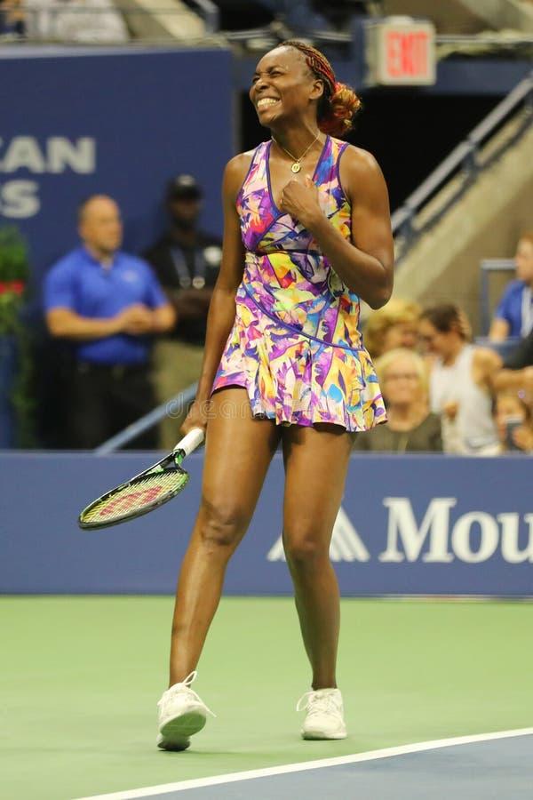Mästaren Venus Williams för den storslagna slamen av Förenta staterna firar seger efter hennes match för runda 3 på US Open 2016 arkivbild
