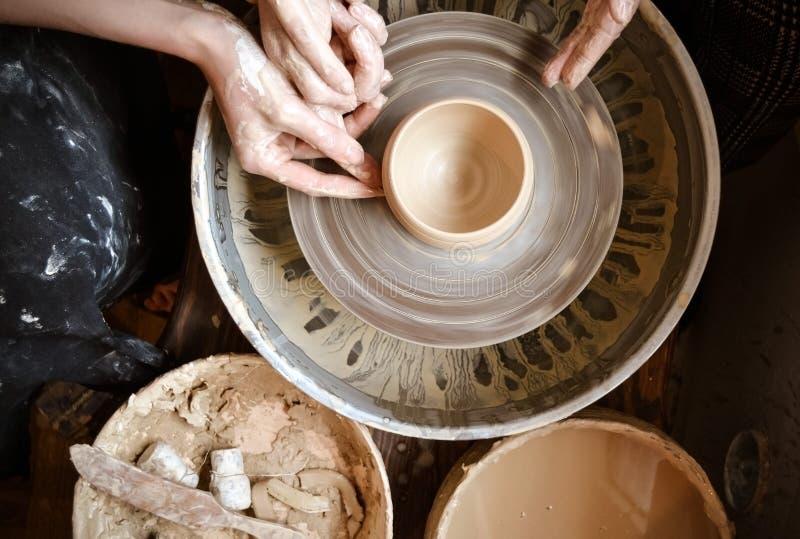 Mästarklass på att modellera av lera på ett hjul för keramiker` s royaltyfri fotografi