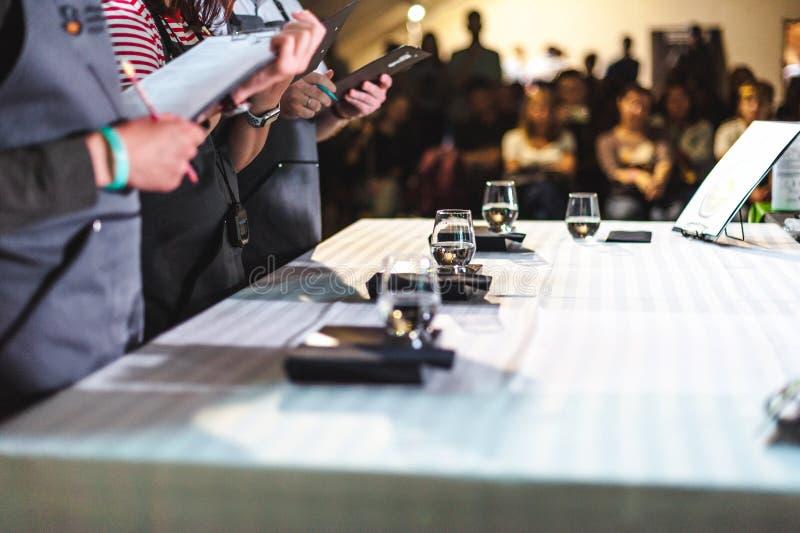 Mästerskapet bland kaffehus, medlemmar av lag visar expertis för barista` s, förbereder drinkar royaltyfri bild