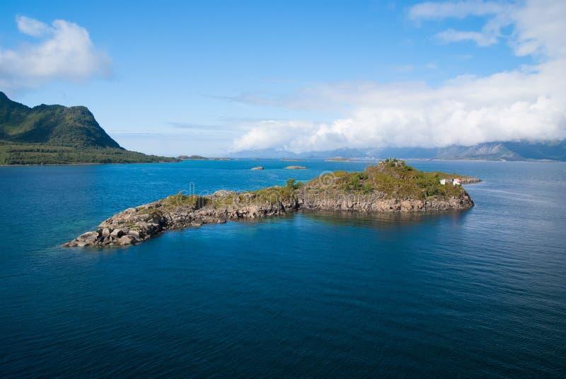 Mästerverk av naturen Stenigt omgivet havsvatten för ö i Norge Mest bra naturställen som ska besökas i Norge seascape royaltyfri fotografi