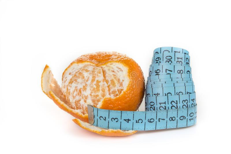 Mäta bandet med en tangerin Banta och begreppet för viktförlust Isolerat på vit bakgrund royaltyfria bilder