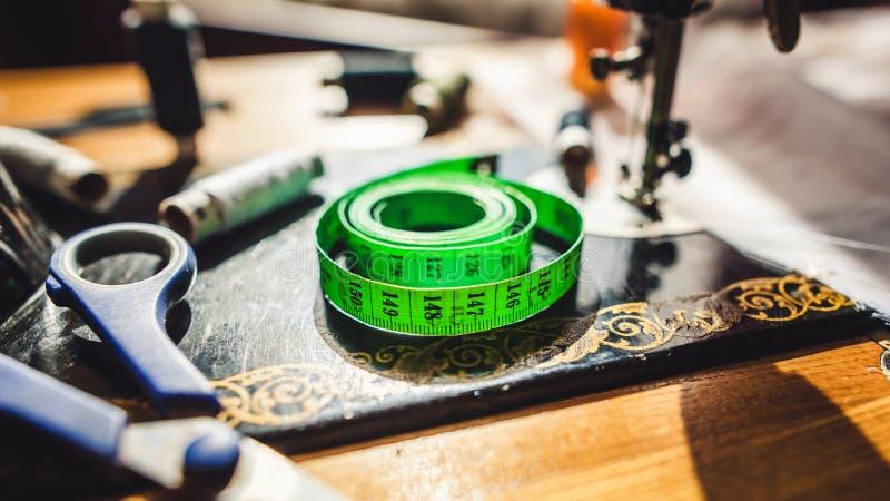 Mäta bandet och att sy material arkivfoton