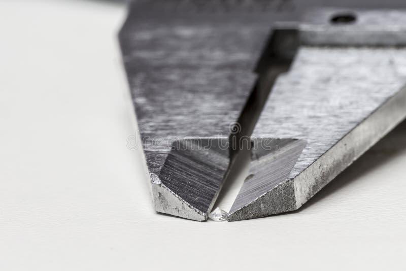 Mäta diamanten arkivfoto