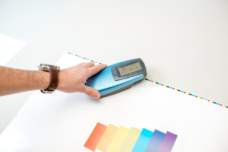 Mäta färg med spectrometerhjälpmedlet royaltyfri foto