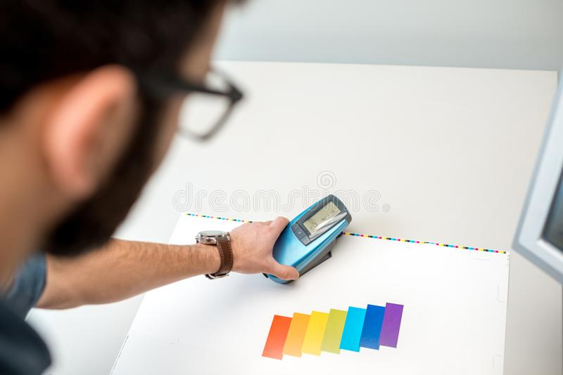 Mäta färg med spectrometerhjälpmedlet royaltyfri fotografi