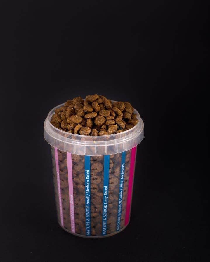 Mäta koppen mycket av partiklar för hundkapplöpning royaltyfri foto