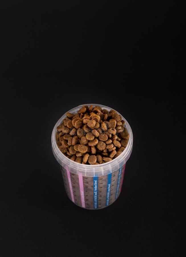 Mäta koppen mycket av partiklar för hundkapplöpning royaltyfri fotografi