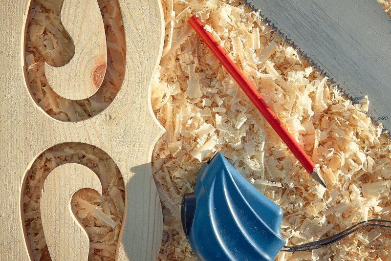 Mäta viktiga hjälpmedel för band och för blyertspenna, när sågande trä stiger ombord och platbands royaltyfri fotografi