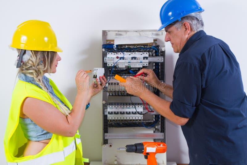mätande arbete för elektrikerelektricitet royaltyfria bilder
