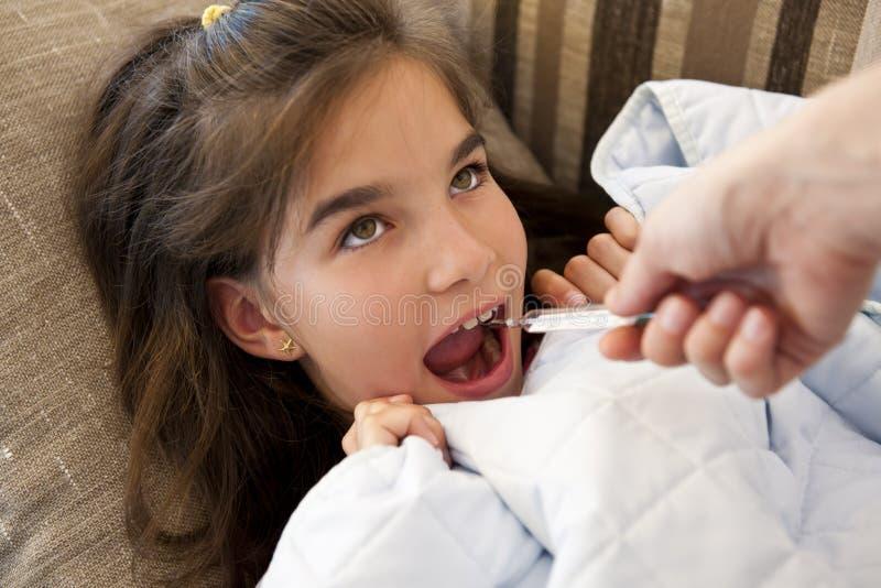 Mätande feber för liten flicka royaltyfri foto