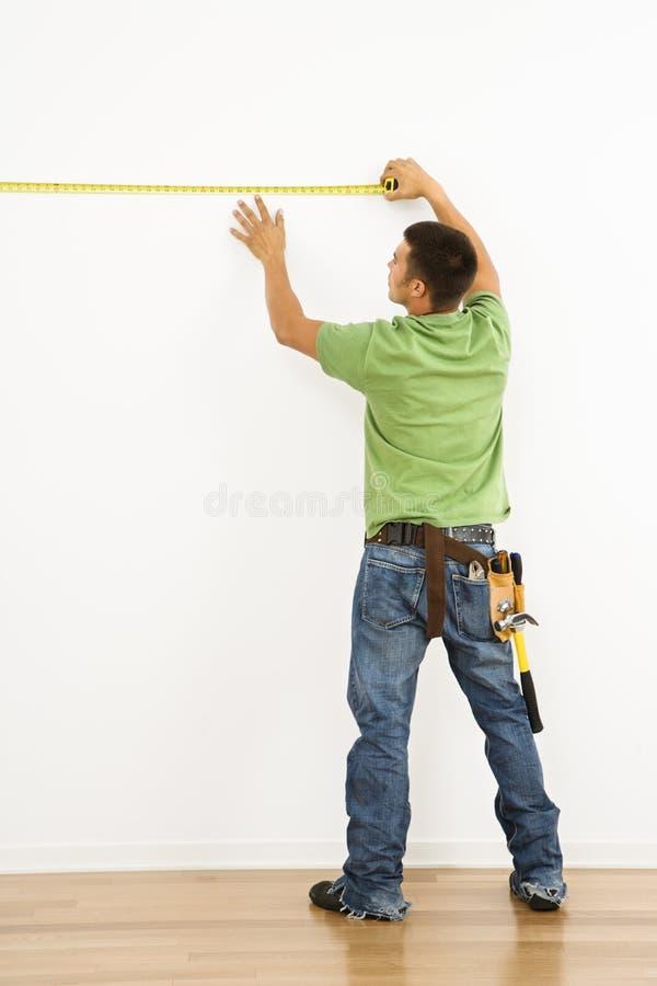 mätande vägg för man royaltyfria bilder