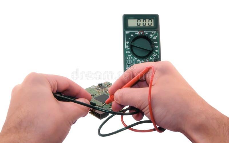 Mätning med en elektronisk multimeter arkivfoto