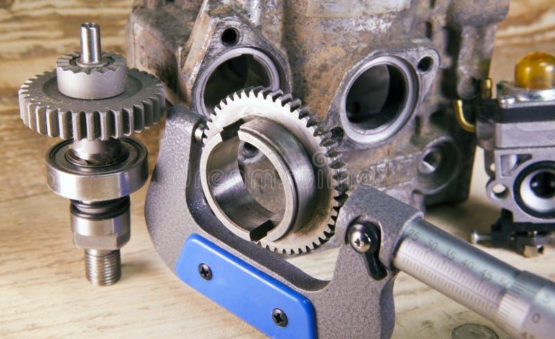 Mätningsparametrar av kugghjul, detaljer vid mekanisk mikrometer royaltyfri foto