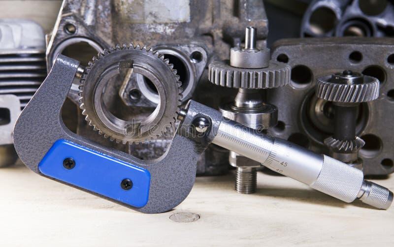 Mätningsparametrar av kugghjul, detaljer vid mekanisk mikrometer royaltyfria foton