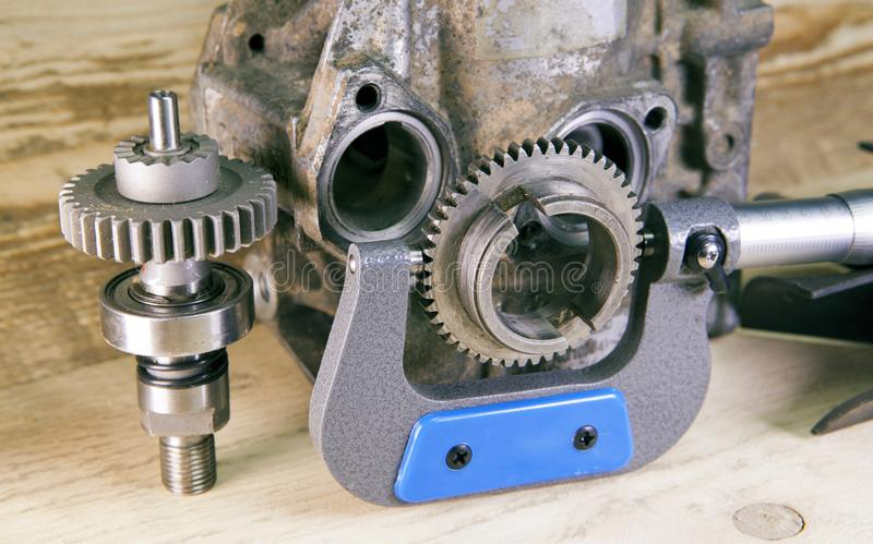 Mätningsparametrar av kugghjul, detaljer vid mekanisk mikrometer fotografering för bildbyråer
