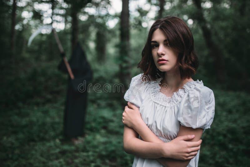 Młoda żeńska ofiara w biel sukni w lesie obraz stock