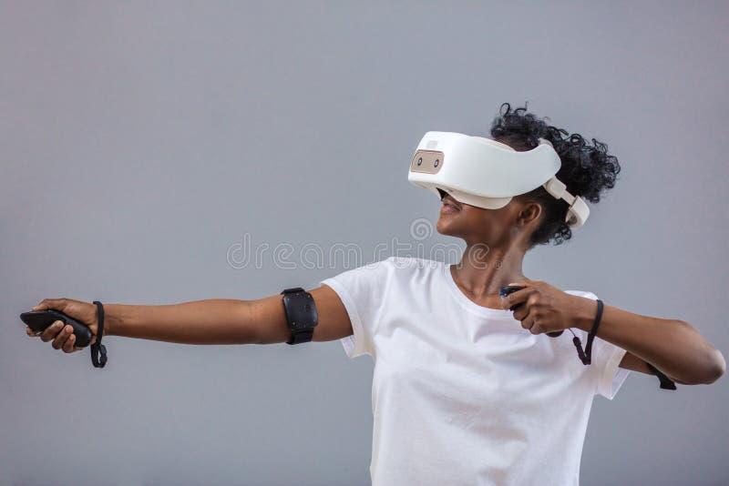 Młoda afrykańska studencka dziewczyna bawić się z rzeczywistość wirtualna szkłami obraz stock