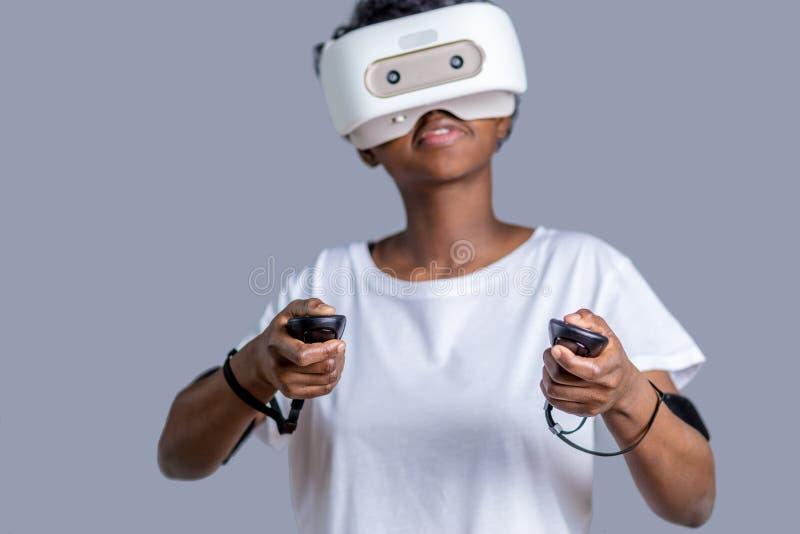 Młoda afrykańska studencka dziewczyna bawić się z rzeczywistość wirtualna szkłami obrazy stock