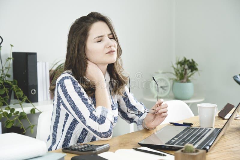 Młoda biznesowa kobieta ma szyja ból obraz stock