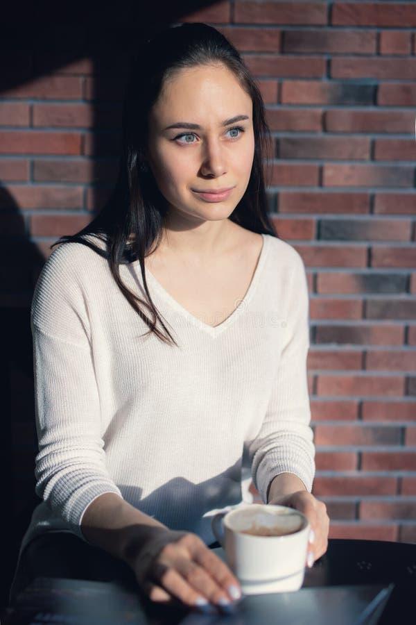 Młoda dziewczyna w kawiarni, książka, czytanie, kawa obraz stock