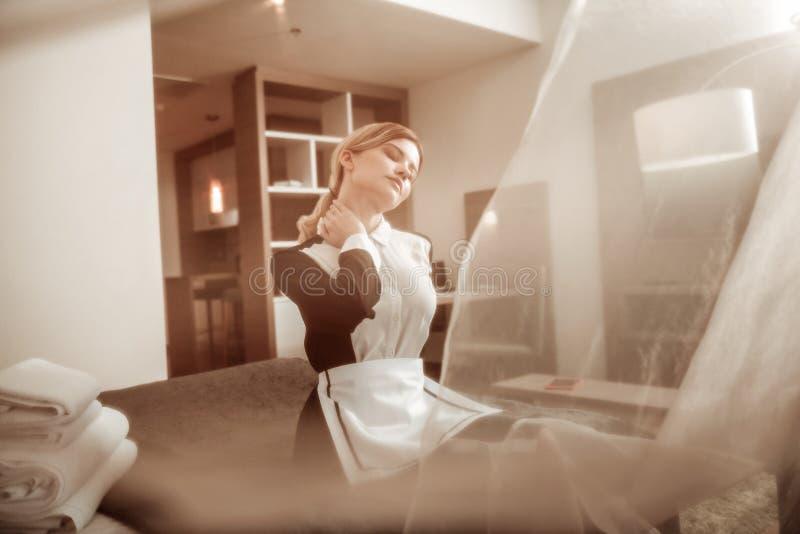 Młoda hotelowa gosposia cieszy się lekkiego lato wiatr od okno obrazy royalty free