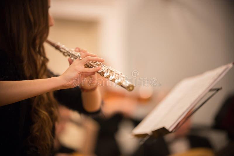 Młoda kobieta bawić się flet przy koncertem zdjęcia stock