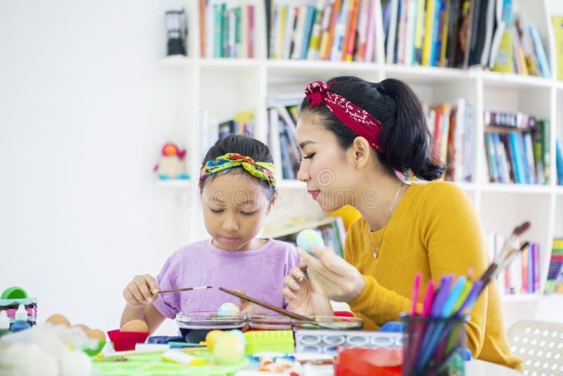 Młoda kobieta i jej córka kolorów Wielkanocni jajka zdjęcie royalty free