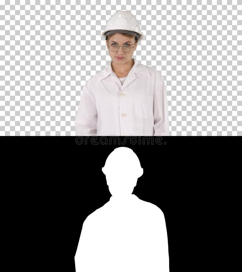 Młoda kobieta inżynier w ciężkiego kapeluszu odprowadzeniu, Alfa kanał zdjęcia stock