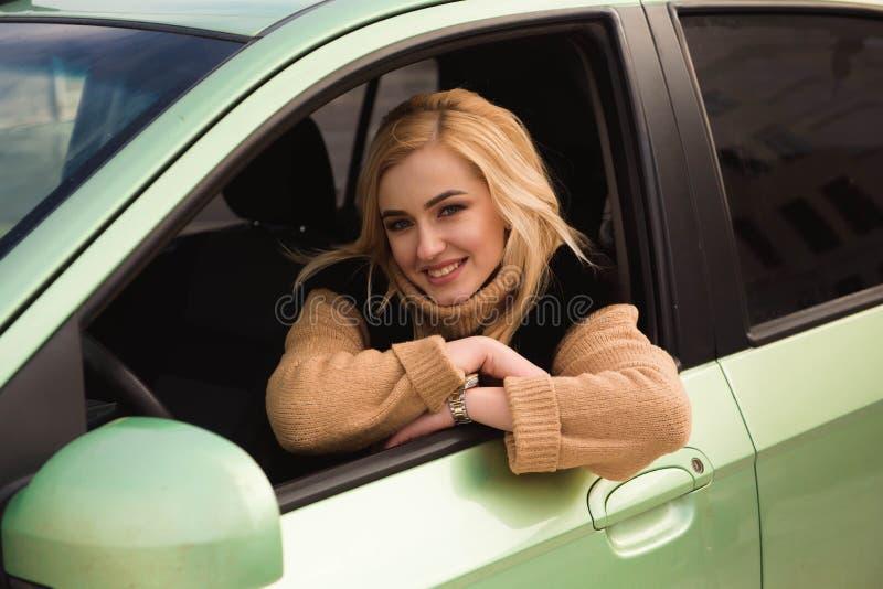 Młoda kobieta jedzie jej samochód, damy przejażdżka samochód niezobowiązująco fotografia stock