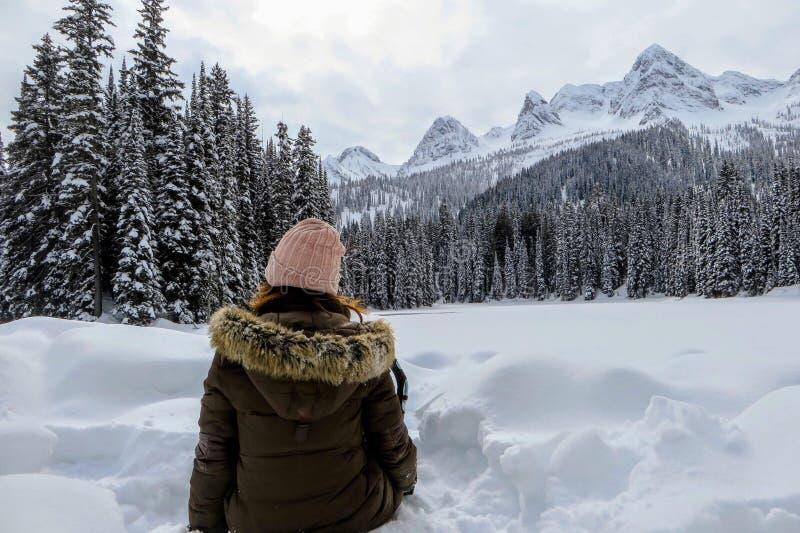 Młoda kobieta podziwia śnieżnych widoki Wyspa jezioro w Fernie, kolumbia brytyjska, Kanada Majestatyczny zimy tło jest ładny obraz stock
